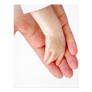 Mano de la madre con el brazo del bebé plantilla de membrete