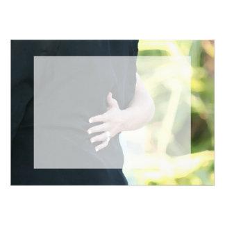 mano de la mujer en hombre negro de la chaqueta