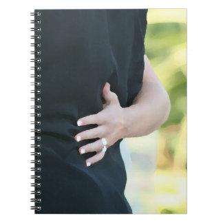 mano de la mujer en hombre negro de la chaqueta notebook