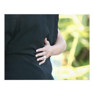 """mano de la mujer en hombre negro de la chaqueta folleto 8.5"""" x 11"""""""