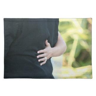 mano de la mujer en hombre negro de la chaqueta manteles individuales