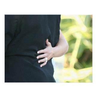 mano de la mujer en hombre negro de la chaqueta membrete a diseño