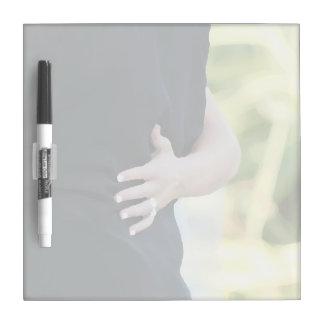 mano de la mujer en hombre negro de la chaqueta pizarra blanca