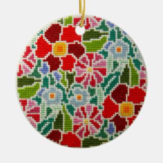 Mano de las memorias del verano bordada alrededor adorno navideño redondo de cerámica