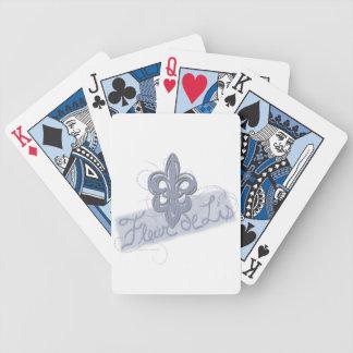 Mano de los naipes de la flor de lis dibujada barajas de cartas