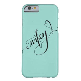 Mano de Wifey escrita poniendo letras al corazón Funda De iPhone 6 Barely There