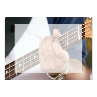"""mano del bajista en el varón photograph.jpg del invitación 5"""" x 7"""""""