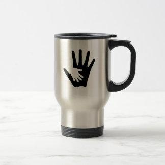 Mano del bebé tazas de café