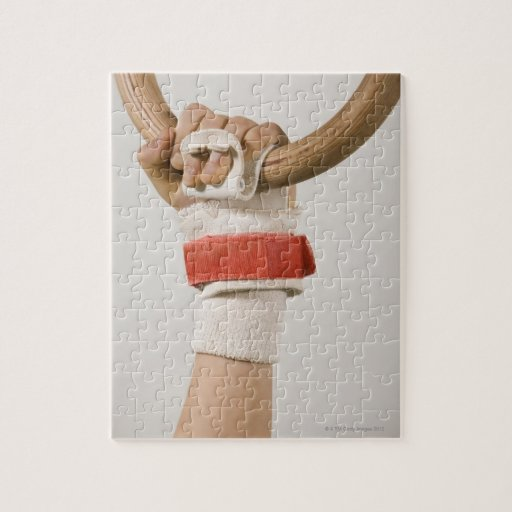 Mano del gimnasta que lleva a cabo el anillo rompecabezas