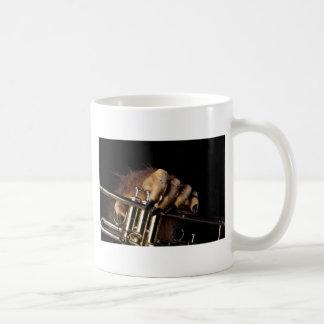 Mano del monstruo de la trompeta de Halloween Taza De Café