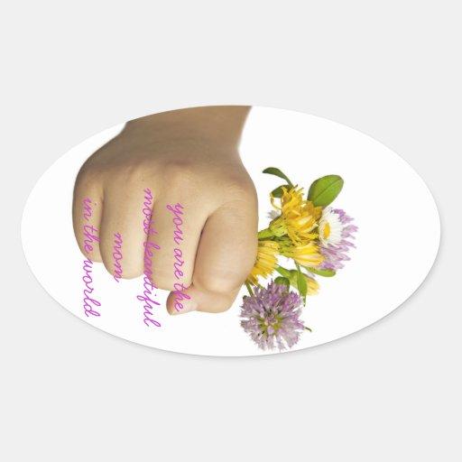 Mano del niño que sostiene las flores calcomania de óval personalizadas