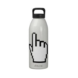 Mano del tecleo del cursor botellas de beber