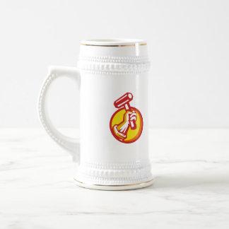Mano del trabajador de unión que lleva a cabo el jarra de cerveza