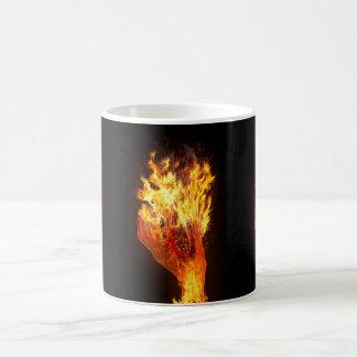 Mano en el fuego taza básica blanca
