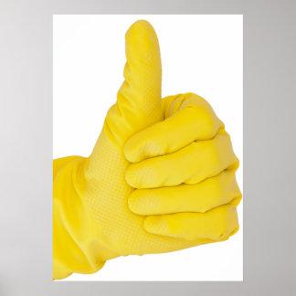 Mano en guante amarillo del látex