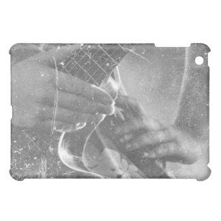 mano femenina del jugador de la guitarra en diseño