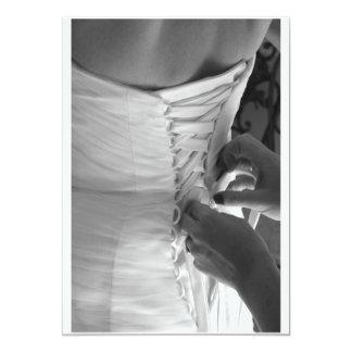 """Mano femenina que ata encima del vestido de boda invitación 5"""" x 7"""""""