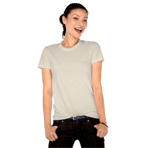 mano femenina que sostiene el cuello bajo de camisetas