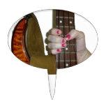 mano femenina que sostiene el cuello bajo de secue decoraciones de tartas