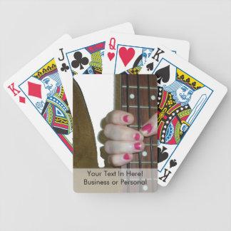 mano femenina que sostiene el cuello bajo de secue barajas de cartas