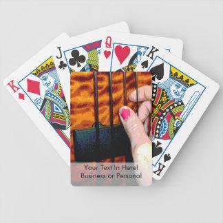 mano femenina que tira de la secuencia baja 1 post barajas de cartas