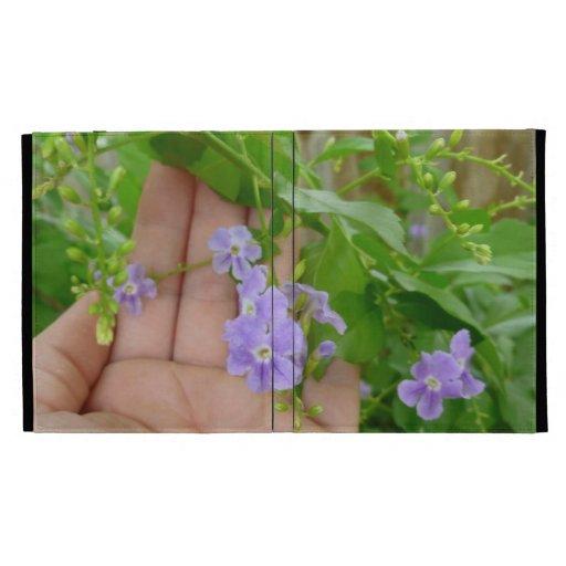 Mano, flores púrpuras, hojas