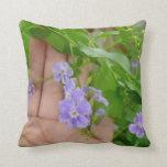Mano, flores púrpuras, hojas almohadas