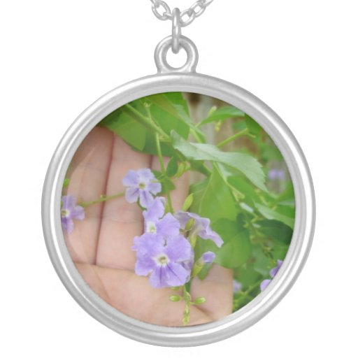 Mano, flores púrpuras, hojas colgante