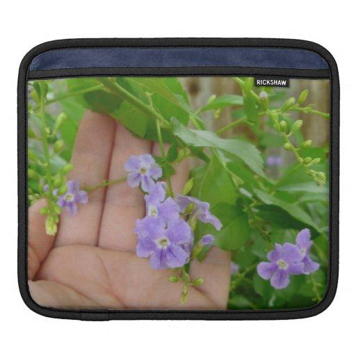 Mano, flores púrpuras, hojas funda para iPads