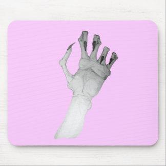 Mano horrible asustadiza del monstruo con arte mouse pad