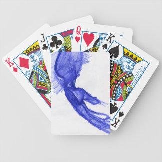 Mano izquierda de la expresión baraja cartas de poker