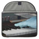 mano izquierda eléctrica azul del piano que juega  fundas para macbooks