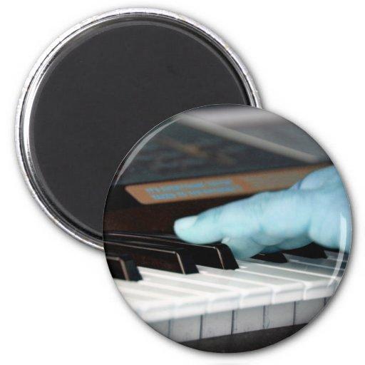 mano izquierda eléctrica azul del piano que juega  iman de frigorífico