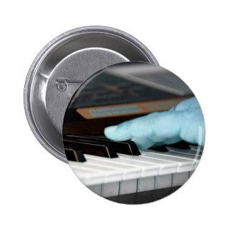 mano izquierda eléctrica azul del piano que juega  pins