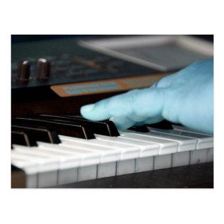 mano izquierda eléctrica azul del piano que juega  postal