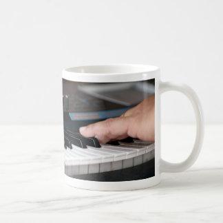 mano izquierda eléctrica del piano que juega diseñ tazas