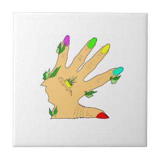 mano mágica con los clavos de los colores azulejo cuadrado pequeño