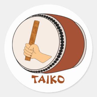 Mano que celebra teclear japonés del tambor de pegatina redonda