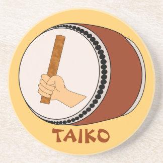 Mano que celebra teclear japonés del tambor de posavaso para bebida