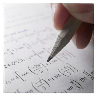 Mano que hace la preparación de la matemáticas azulejo cuadrado grande