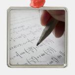 Mano que hace la preparación de la matemáticas adorno para reyes