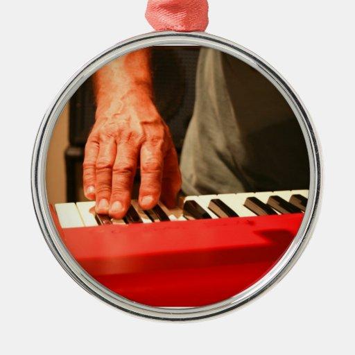 mano que juega al músico rojo del varón del teclad ornamentos de reyes
