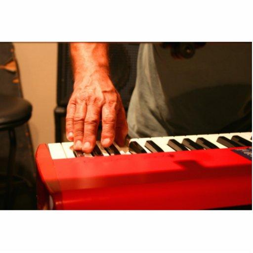 mano que juega al músico rojo del varón del teclad escultura fotografica