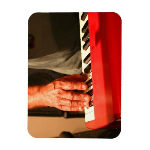mano que juega al músico rojo del varón del teclad imán de vinilo