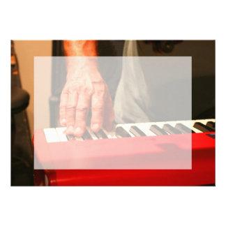 mano que juega al músico rojo del varón del teclad comunicados personales
