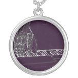 mano que juega el esquema blanco púrpura de la tin pendiente personalizado