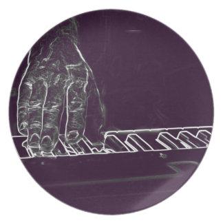 mano que juega el esquema blanco púrpura de la tin platos de comidas
