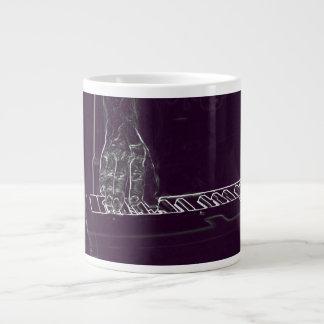 mano que juega el esquema blanco púrpura de la tin taza grande