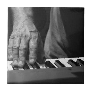 mano que juega música del varón del bw del teclado tejas