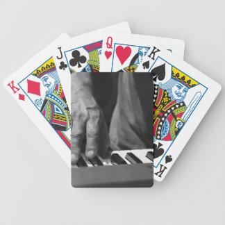 mano que juega música del varón del bw del teclado baraja cartas de poker